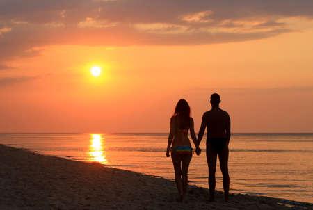 romantico: pareja viendo las manos la celebración de la salida del sol