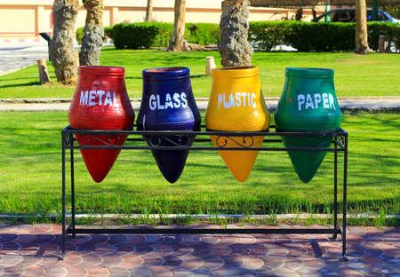 separacion de basura: contenedores de separaci�n de la basura y el reciclaje
