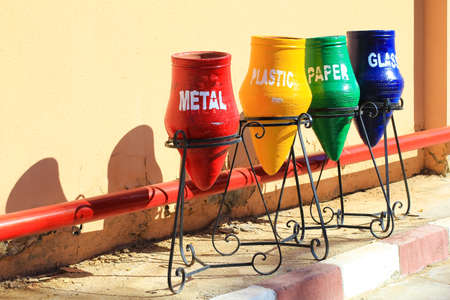 separacion de basura: contenedores de separación de la basura y el reciclaje