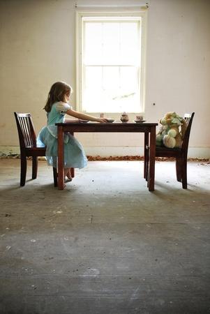alice au pays des merveilles: Jeune fille pr�tendant avoir de th� avec sa peluche lapinth� temps avec Alice