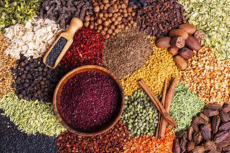 Kleurrijke specerijen en kruiden achtergrond Stockfoto