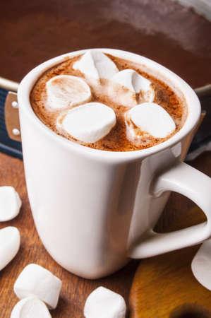 hot chocolate: chocolate caliente con malvaviscos en una taza blanca