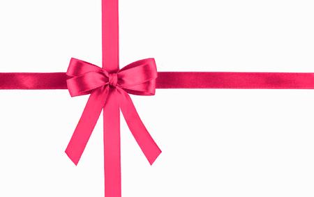 Błyszcząca różowa jedwabna wstążka na białym tle. Świąteczna koncepcja. Leżał płasko.