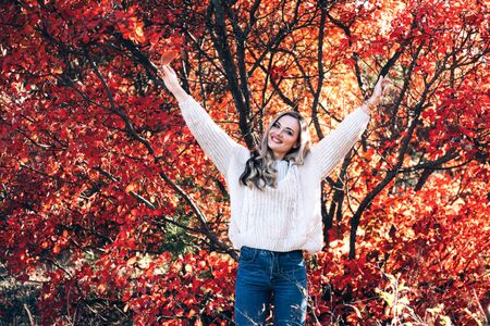 Beautiful smiling woman enjoying autumn in the forest. Banque d'images - 131956874