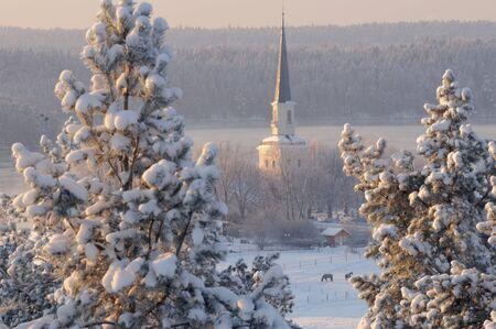 Winter kerk in de vroege ochtend Stockfoto