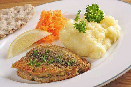 Gebakken haring met aardappelpuree en geraspte wortelen, Zweedse traditionele lekkernij ook wel strommingsflundra of haring bot Stockfoto