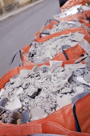 Volledige bouwafval zakken op een rij Stockfoto