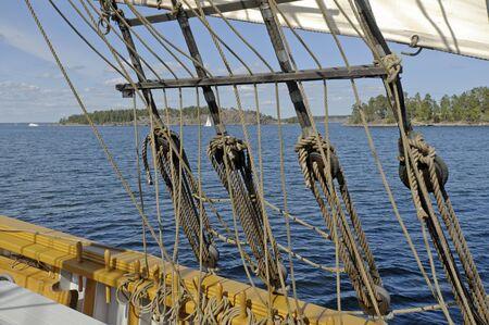 Uitzicht vanaf brig zeilen in de archipel van Stockholm