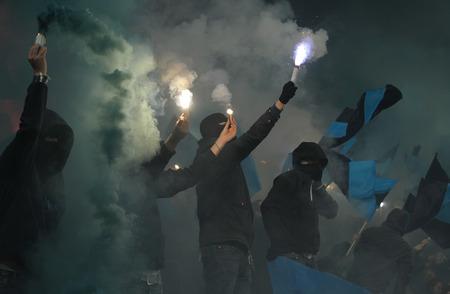 Voetbal fans met vuurwerk