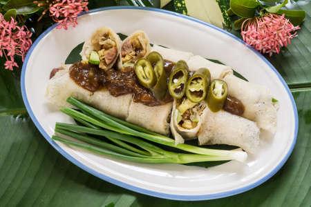 plato de comida: Rollitos de primavera de estilo tailand�s o Popiah