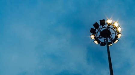 스포트 라이트 극, 램프 게시물, 전기 산업, 빛 경기장 또는 스포츠 조명 파란 하늘 배경 및 텍스트의 빈 복사본 공간