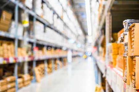 Regalreihen mit Warenkisten im modernen Industrielager im Werkslager, Regale und Regale im Lagerinneren. Innenraum des Lagers, Regalreihen mit Kisten.