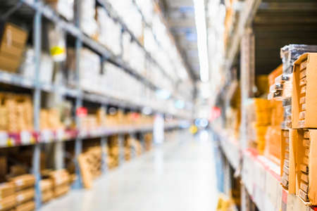 Righe di scaffali con scatole di merci nel moderno magazzino industriale nel magazzino di magazzino della fabbrica, scaffali e scaffali nell'interno del magazzino di stoccaggio di distribuzione. interno del magazzino, file di scaffali con scatole.