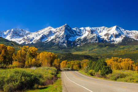 田舎道、コロラド州の秋のシーズン 写真素材