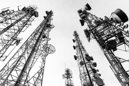 Torretta di telecomunicazione in bianco e nero Archivio Fotografico - 24463859