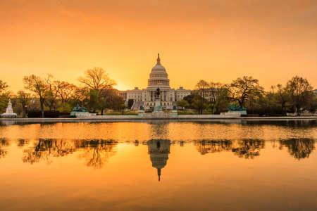 El edificio Capitolio de Estados Unidos en Washington DC, la salida del sol