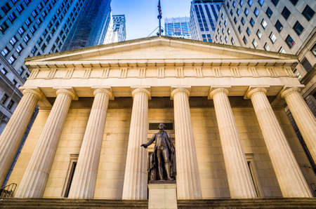 federal hall: Facade of the Federal Hall with Washington Statue on the front, wall street, Manhattan, New York City