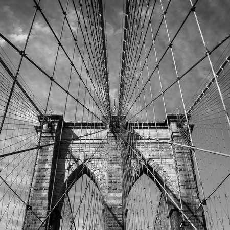 vue ville: Pont de Brooklyn � New York, Etats-Unis en noir et blanc Banque d'images