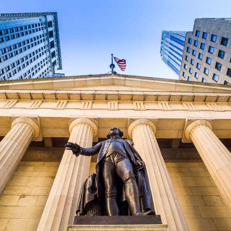 bolsa de valores: Fachada del Palacio Federal con Washington estatua en la parte delantera, wall street, Manhattan, Ciudad de Nueva York