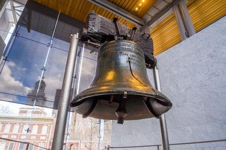 Liberty Bell vecchio simbolo della libertà americana in edificio Independence Mall a Philadelphia in Pennsylvania Archivio Fotografico - 27928551