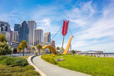 SAN FRANCISCO, USA - 20. März: Amors Span-Statue von berühmten Künstlern Claes Oldenburg und Coosje van Bruggen in Rincon Park mit der Stadt als Kulisse, am 20. März 2014 in San Francisco. Fotos: Editorial