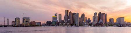ports: Boston downtown skyline panorama con grattacieli sopra l'acqua al crepuscolo Archivio Fotografico