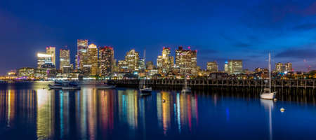 Boston Downtown panorama panorama s mrakodrapy nad vodou za soumraku Reklamní fotografie
