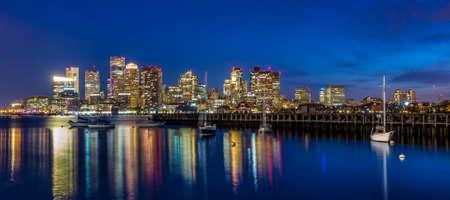 Boston skyline van het centrum panorama met wolkenkrabbers over het water in de schemering Stockfoto