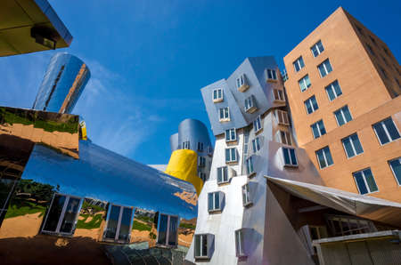 BOSTON - MAY 30: Ray and Maria Stata Center on the campus of MIT May 30, 2014 in Boston, MA. The academic complex was designed by Pritzker Prize-winning architect Frank Gehry. 新聞圖片