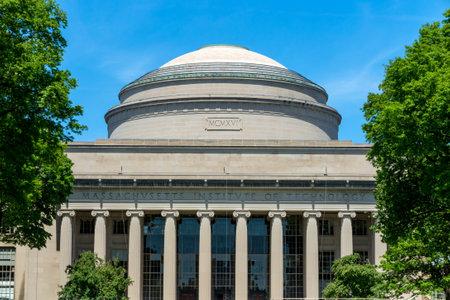 ケンブリッジ、アメリカ合衆国 - 5 月 30 日: 2014 年 5 月 30 日にマサチューセッツ州のケンブリッジの MIT の大きなドーム。 MIT の大きなドームは 1916  報道画像