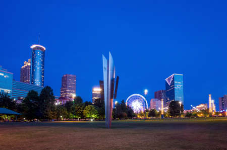 centennial: Centennial Olympic Park di Atlanta durante il crepuscolo un'ora dopo il tramonto
