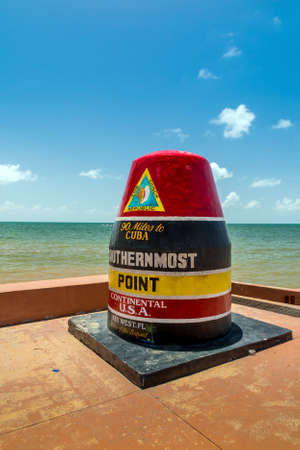 The Key West, Florida Buoy sign marking the southernmost point on the continental USA and distance to Cuba. 免版税图像