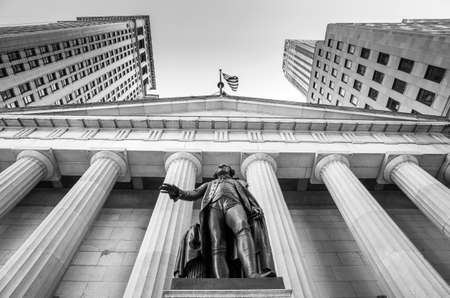 federal hall: Facade of the Federal Hall with Washington Statue on the front, wall street, Manhattan, New York City in black and white Editorial