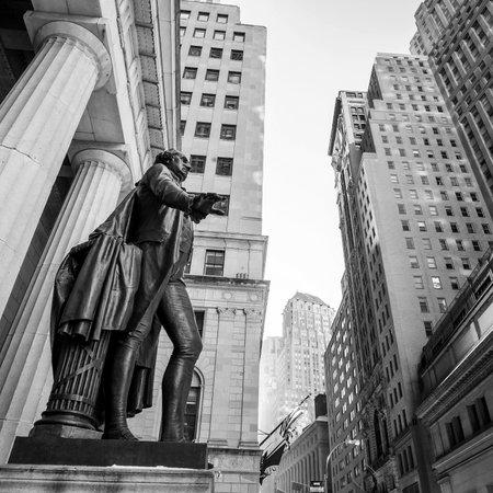 bolsa de valores: Gran angular vista de la calle pared Bolsa de Nueva York en blanco y negro Editorial