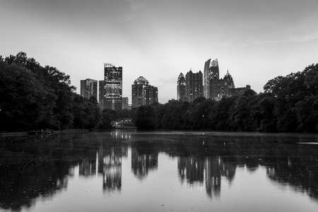 meer: Atlanta, Georgia Skyline from Piedmont Parks Lake Meer, black, white