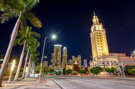 libertad: Torre de la Libertad en el crep�sculo en Miami, Florida
