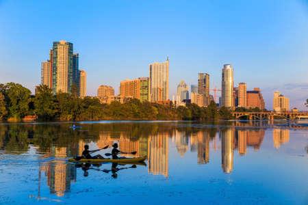 アメリカ合衆国、テキサス、Austin のダウンタウンのスカイラインの眺め