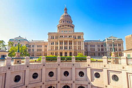 bandera estados unidos: Tejas edificio del Capitolio en Austin, TX. Foto de archivo