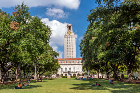 colegios: Universidad de Texas (UT) contra el cielo azul en Austin, Texas