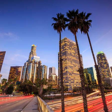 Downtown Los Angeles skyline in de spits bij zonsondergang