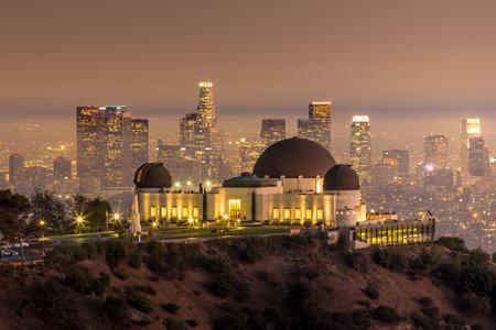 El horizonte de la ciudad y el Observatorio Griffith de Los Ángeles en el crepúsculo CA
