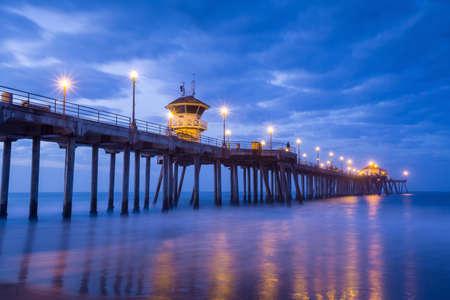 la jetée Huntington Beach au lever du soleil, CA