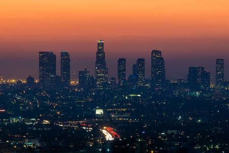 夕暮れカリフォルニア州ロサンゼルスのダウンタウンのスカイライン。