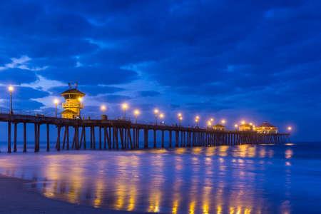 日の出、カリフォルニア州ハンティントンビーチ桟橋