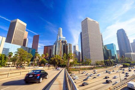 青い空と米国カリフォルニア州ロサンゼルス ダウンタウンの街並み。