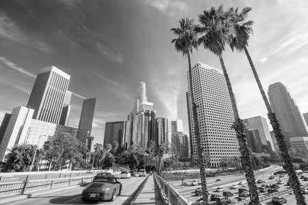 ロサンゼルス、カリフォルニア州、アメリカ合衆国のダウンタウン都市景観の白と黒