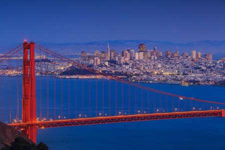 Puente Golden Gate y el centro de San Francisco, EE.UU. Foto de archivo