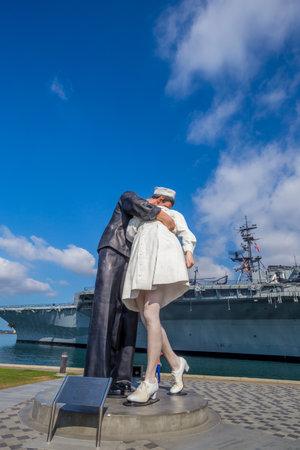 vj: SAN DIEGO, USA - 28 set 2014: Unconditional Surrender scultura in mare porta il 28 settembre 2014 a San Diego. La statua ricorda la fotografia di giorno VJ a Times Square