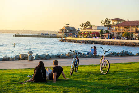 Zonsondergang in San Diego Waterfront Public Park, Marina en de Horizon van San Diego. Californië, Verenigde Staten.