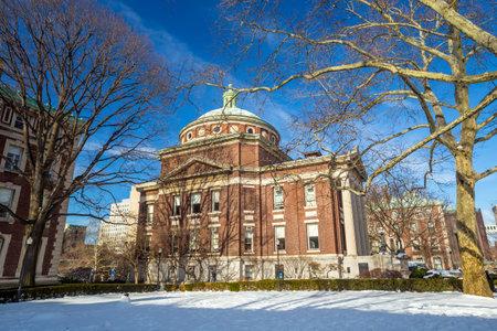 low prizes: La Universidad de Columbia de Nueva York en invierno Editorial